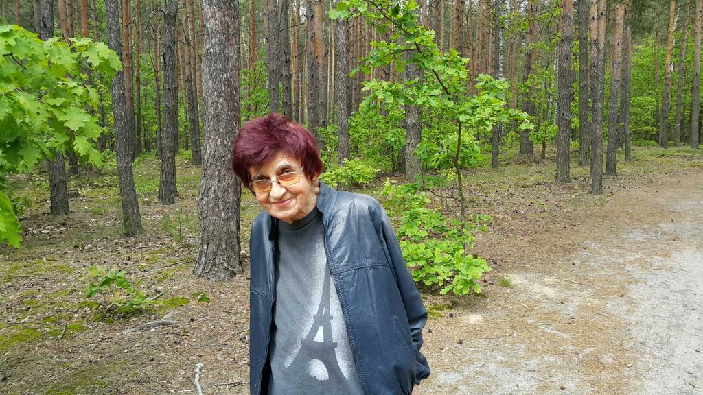Dr Anna Nowakowska na spacerze w Dziekanowie Leśnym